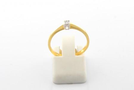 Годежен пръстен от бяло и жълто злато с диамант - 1,18 грама, карат на диаманта: 0,05 ct. цвят - color- H, качество - clarity- VS. За нас е удоволствие да ви представим нашите уникални бижута с естествени камъни. Диамантите, рубините, изумрудите са неповторими също като хората. Притежавайки такъв камък, той се превръща в неотменна част от вас или от любимия човек, на когото го подарявате. Определено е удоволствие да имаш собствена скъпоценна част от историята на майката земя.
