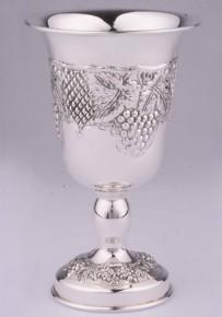 Сребърна чаша с гроздове, изящна форма на столче  CS0014